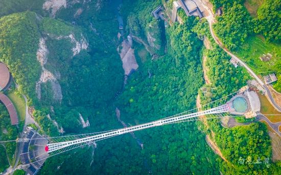 走在世界上最高最长的玻璃桥,看下去就是深渊,你会腿软吗